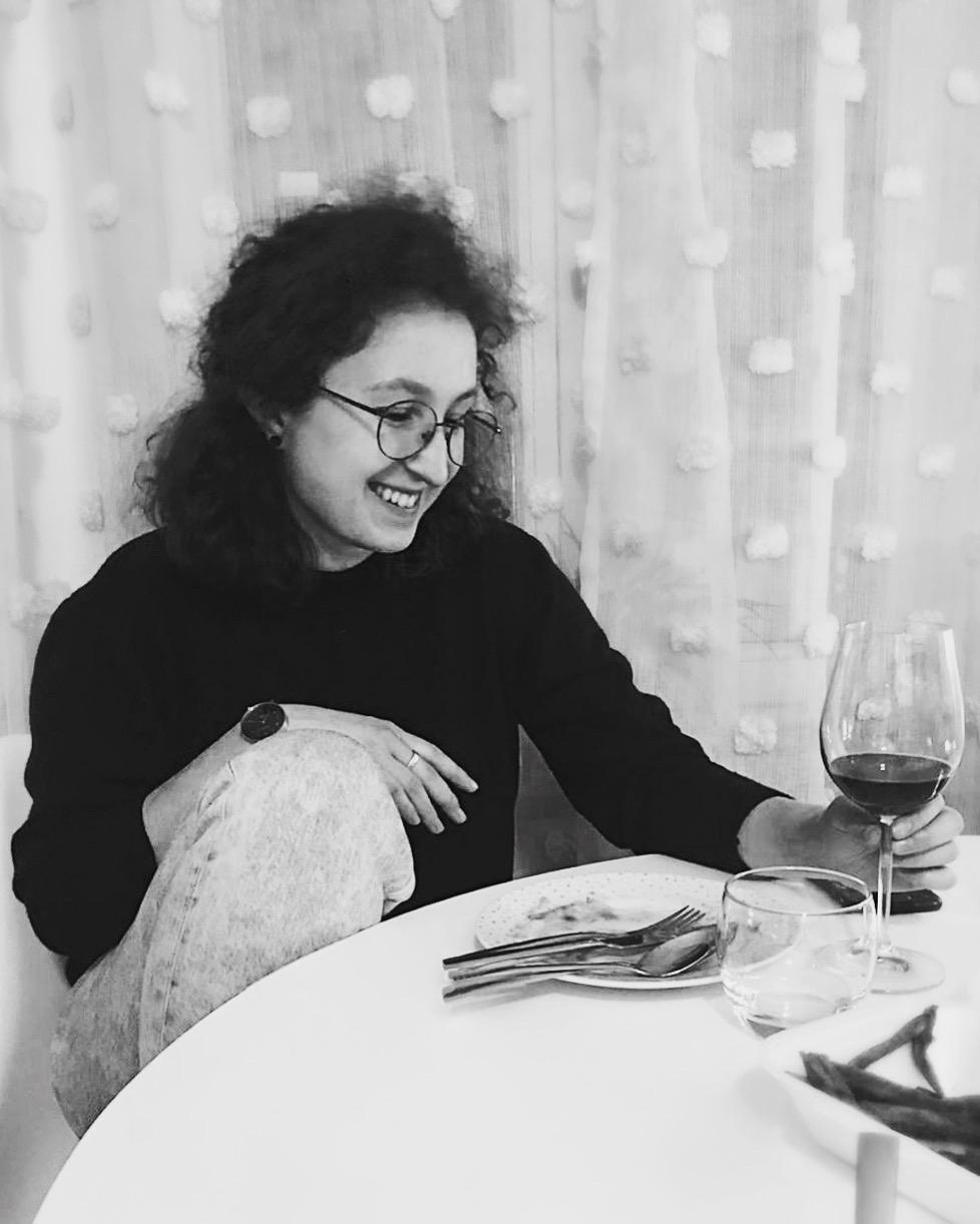 Foto einer Frau mit Weinglas in der Hand